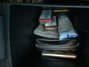 objetos dentro de espacio de carro